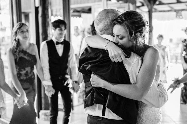 matrimonio Borgo della Marinella abbraccio padre sposa bianco e nero